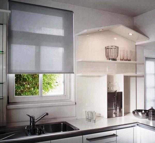 Рулонные шторы на кухне в современном стиле