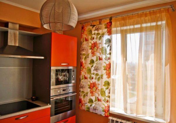 Вы подбираете шторы в кухню? В таком случае, наврядли вам подойдут тяжелые и серьезные шторы с ламбрекенами выбирайте веселые и легкие шторы