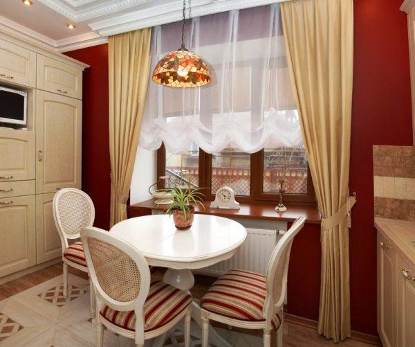 Если кухня высокая и достаточно просторная - длинные шторы в пол удачное решение