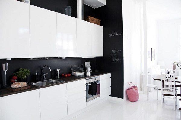белая кухня черная стена