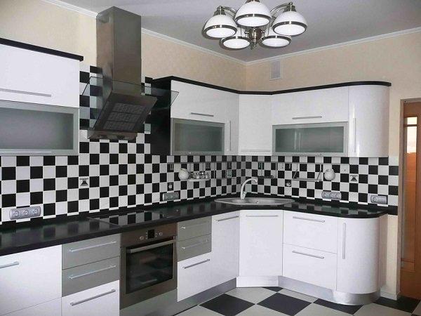 кухня чёрно-белая шахматный фартук