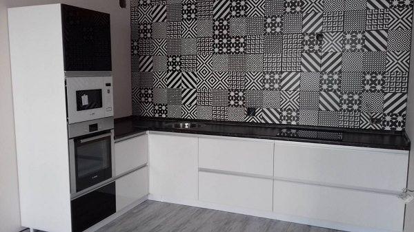 кухня чёрно-белая шахматный дизайн