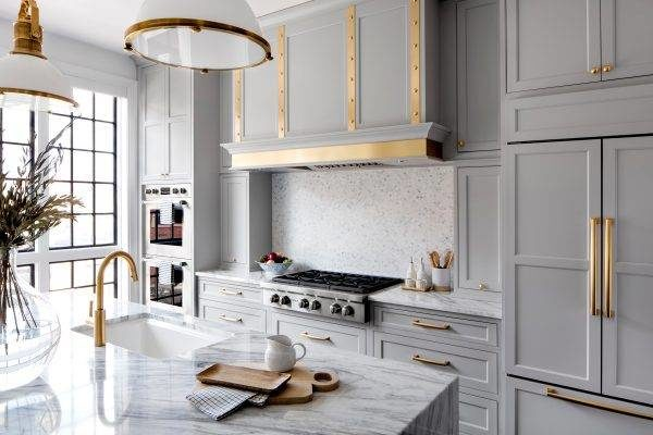 латунь в интерьере кухни