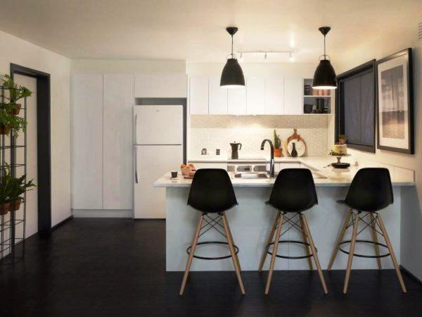 Если жильцы достаточно крупные, а стойка бара востребована не только для завтраков, в таком случае отдайте предпочтение моделям с большими сидениями, со спинкой и, если хотите, с подлокотниками