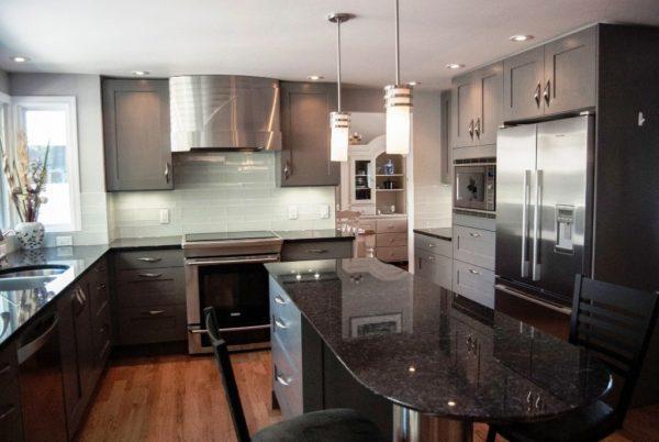 П-образная планировка и самая эргономичная, поэтому при объединении кухни с гостиной на неё стоит обратить первоочередное внимание