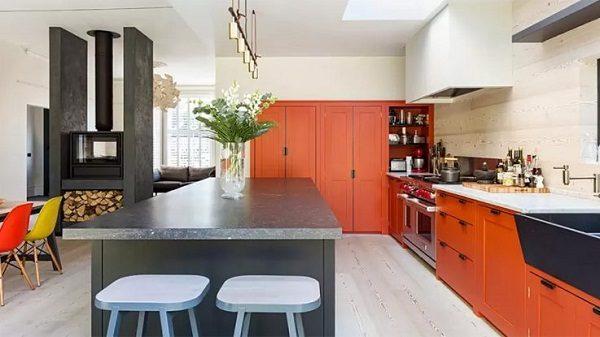 черно белая кухня с оранжевыми акцентами