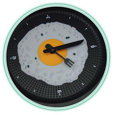 часы с дизайном под яичницу