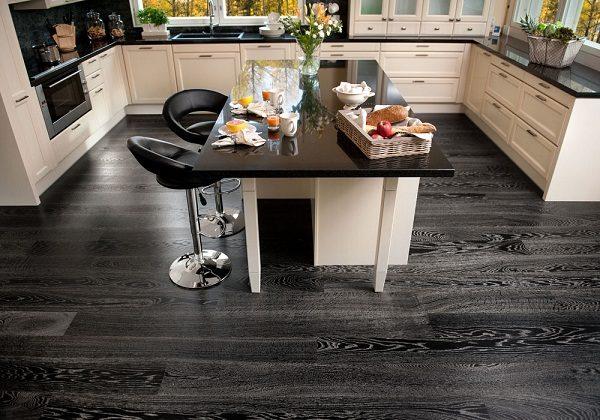 кухня чёрно-белая паркетный пол