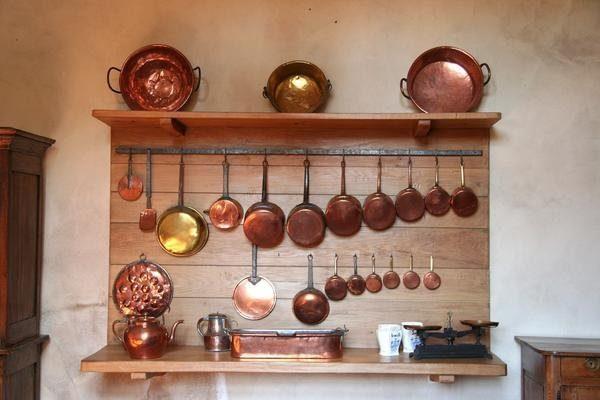 посуда из меди или из латуни в кухне фото