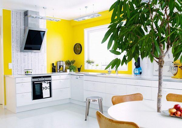 Чёрно-белая кухня с желтыми стенами