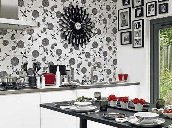 Цветочный черно-белый рисунок на обоях в кухне