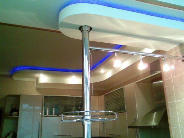 Такие стойки крепятся к потолочной поверхности посредством трубы, фиксация в потолке и полу производится при помощи шурупов
