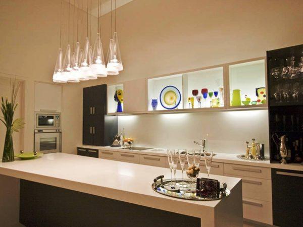 На кухне, выполненной в стилистике модернизма или авангардизма используйте люстры экзотической формы