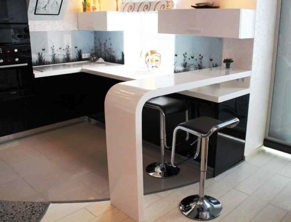 Дома можно применять для стоек разные габариты, здесь все зависит исключительно от пожеланий членов семьи
