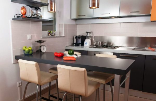 Если барная стойка выполняет роль обеденного стола - ширина ее должна быт удобной для принятия пищи всех членов семьи