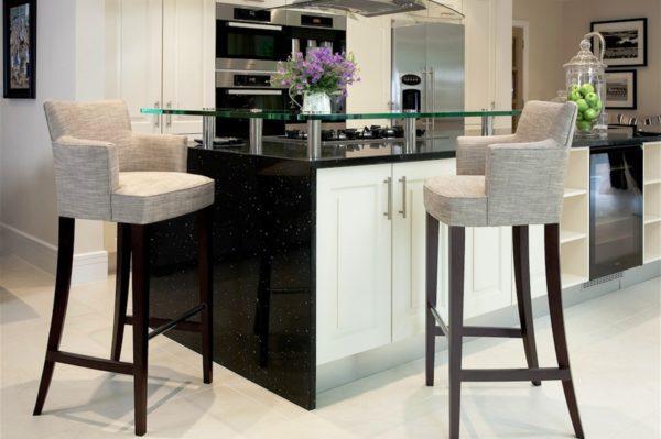 Необычные высокие стулья станут украшением кухни