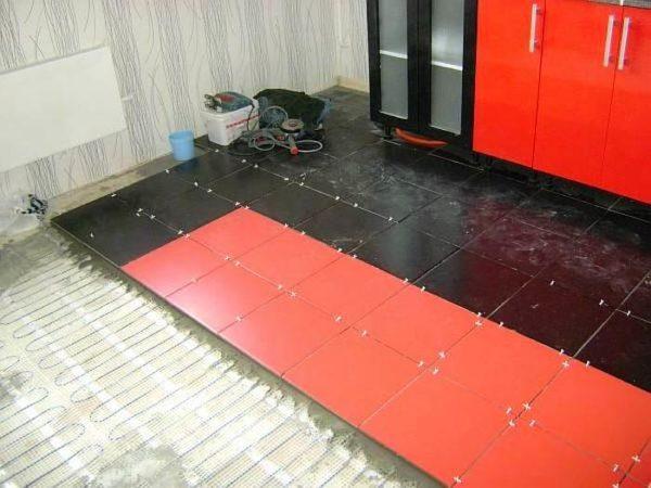 Обязательно нужно учитывать, что если на кухне планируется устраивать тёплый пол, то используемые материалы, должны обладать ещё и высокой термостойкостью