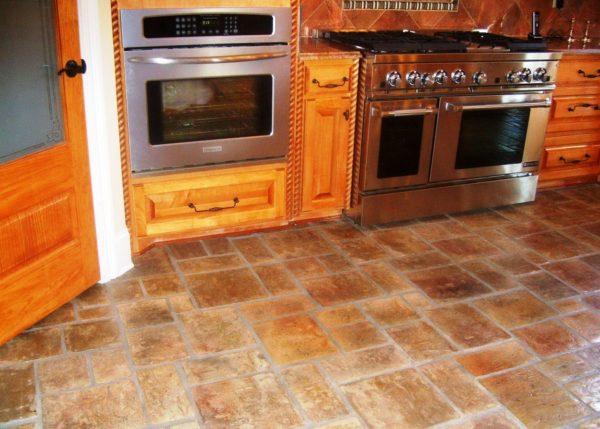 Пол на кухне из натурального камня стойкий и несложный в уходе