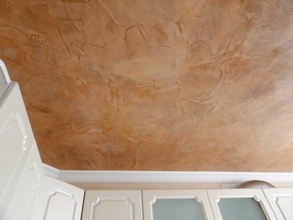 Оштукатуренный потолок на кухне