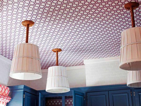 Самым простым и самым наименее затратным, при устройстве потолка на кухне, является оклейка потолка влагостойкими обоями