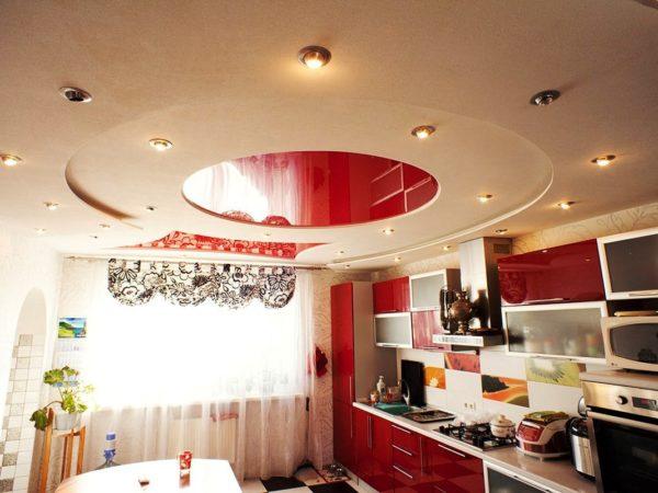 Еще один вариант - натяжной потолок для кухни