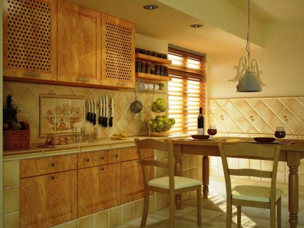 Для кухонного фартука традиционно выбирают практичный и долговечный материал - кафель
