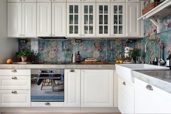 Стеклянный кухонный фартук на кухне в стиле Прованс