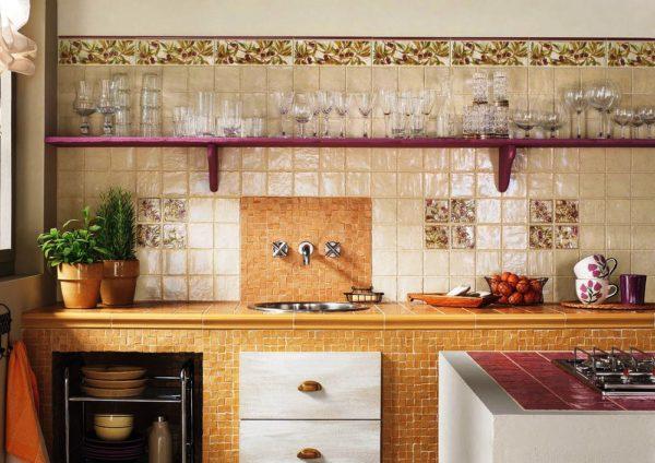 Плитка — самый популярный материал для кухонного фартука