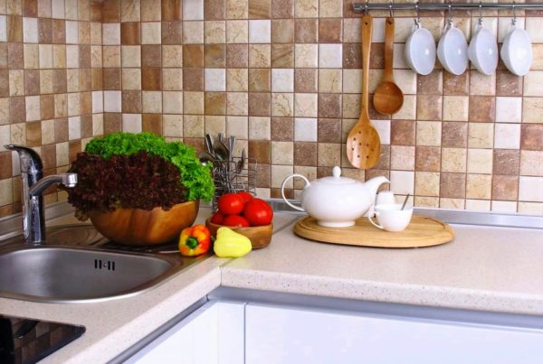 Для чего нужно защищать стену у кухонного стола?