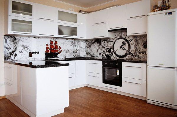 Оригинальный дизайн просторной кухни со стеклянным фартуком