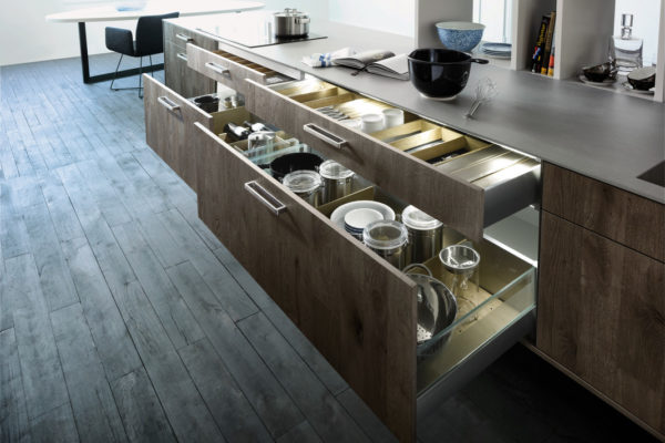 Все необходимые вещи на кухне в стиле минимализм помогут выдвижные ящики