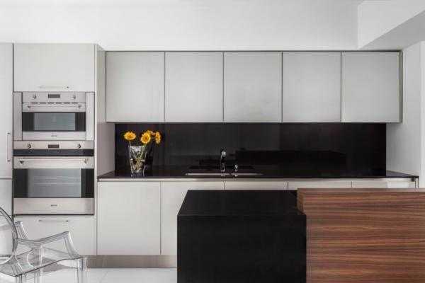 Встроенная бытовая техника на кухне в стиле минимализм