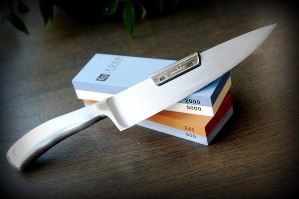 Точильный камень является классическим вариантом для стандартных кухонных ножей