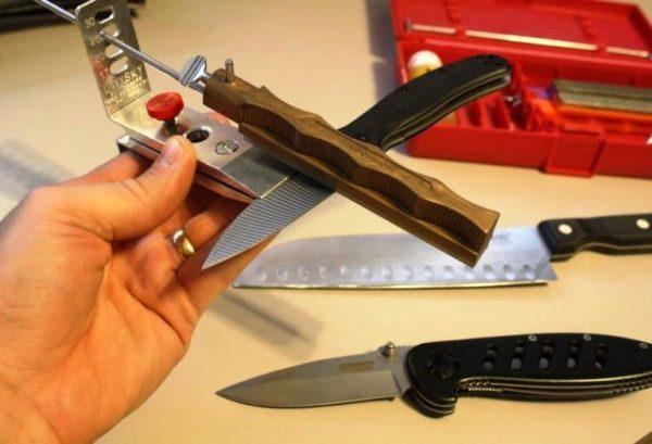 Еще одна разновидность точильного станка — станина с держателем, в которую вертикально под углом затачивания вставляются точильные бруски, нож при работе двигается в строго вертикальной плоскости, скользя по поверхности бруска сверху вниз