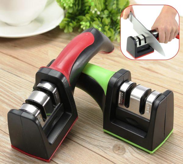 Еще один вариант ручной механической точилки — ролевая ножеточка, имеющая в корпусе только один паз для заточки с механическими роликами