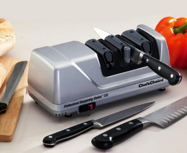 Некоторые модели электрических устройств позволяют точить кухонные ножи разных типов: европейские, серрейторные, японские, керамические, а также ножницы. В электрических станках для каждой стороны имеется свой паз