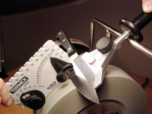 Основным преимуществом точильного круга является получение режущей поверхности лезвия в виде вогнутой линзы, что способствует уменьшению угла от спуска к острию, соответственно лезвие при этом более острое