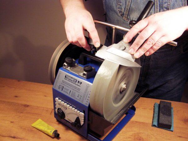 Точильный станок является профессиональным вариантом, с помощью него можно заточить десяток ножей за небольшой период времени