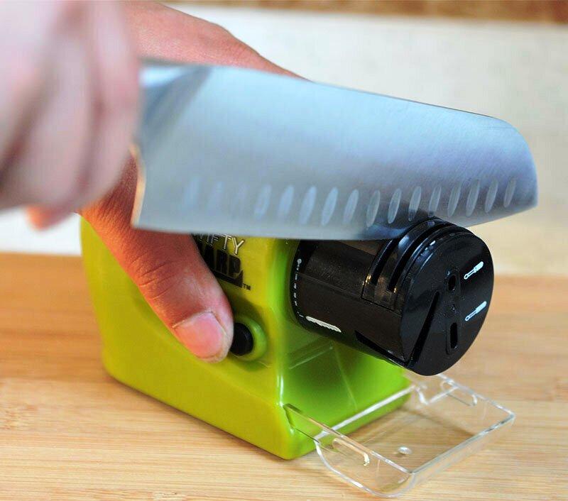 Электрическая точилка сделает всю работу за вас - остается правильно придерживать нож под нужным углом
