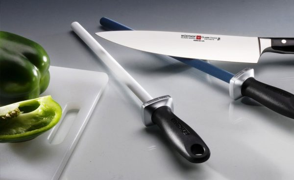 Мусат используется для регулярной ежедневной доводки и шлифовки рабочей кромки ножей, позволяет поддерживать остроту их режущих граней в остром состоянии