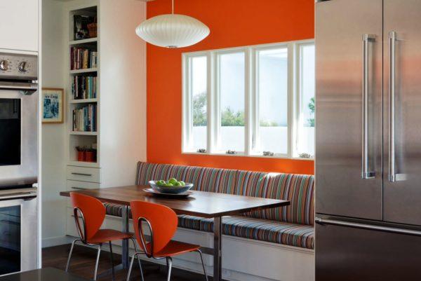 Кухню со спальным местом можно обустроить не только диваном-кроватью, но и односпальной кушеткой, софой или тахтой, на которой можно спать, отдыхать и сидеть за столом
