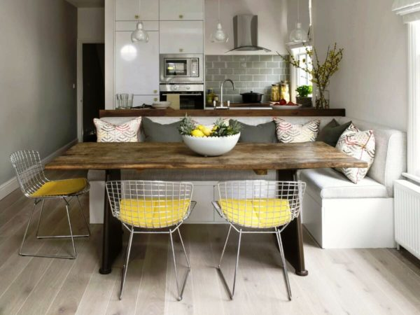 Сегодня при оформлении кухни, доминируют встраеваемая бытовая техника, стильная мебель и мягкие диванчики для душевных посиделок, в том числе и на кухне-студии