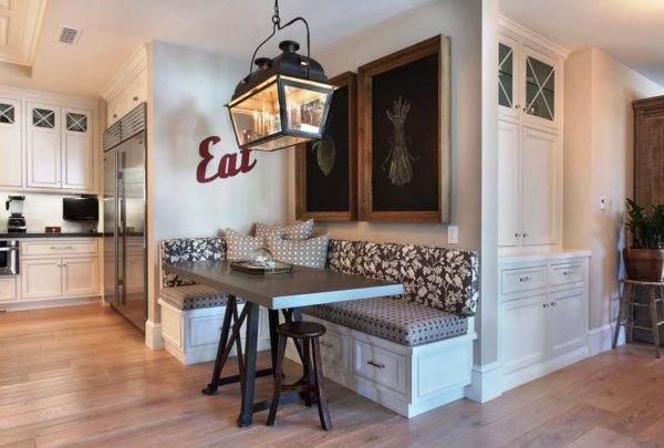 Банкетка удачно вписывается в интерьер кухонь и способна заменить несколько традиционных табуреток