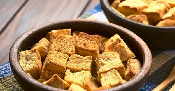 Остатки белого хлеба — это подрумяненные сухарики для чая