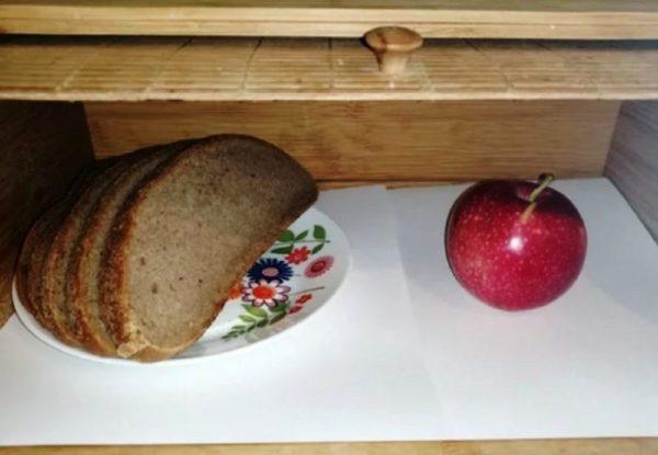 Хлеб не будет черстветь, если в хлебницу положить яблоко или кусочек сахара