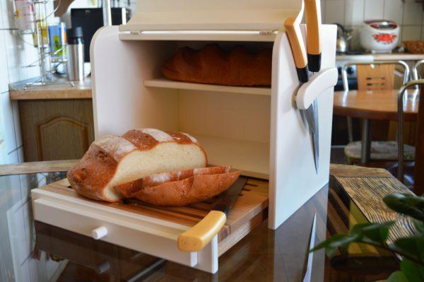 Приобретая хлебницу, нужно учитывать, сколько хлеба придется в ней хранить