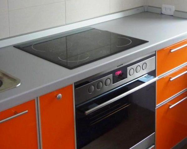 Подбирая электроплиту подходящего размера, исходите из особенностей планировки кухни