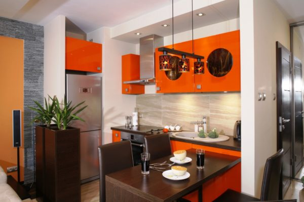 Также, тепло, по-домашнему, смотрится кухонная мебель абрикосового оттенка и различный декор