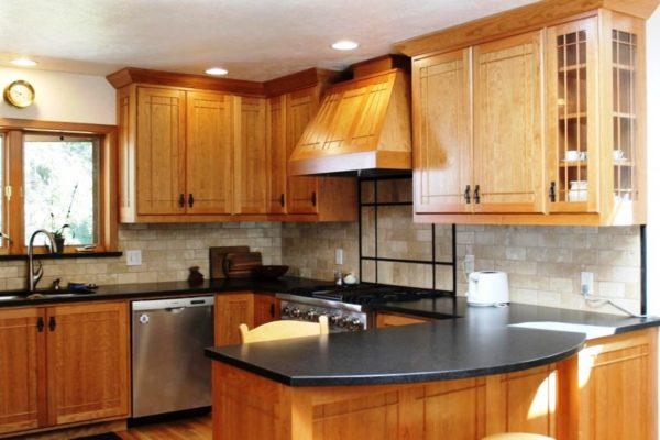 Где как не на кухне, лучшим решением считается мебель из натурального дерева, а персиковый так гармоничен в подобном дуэте