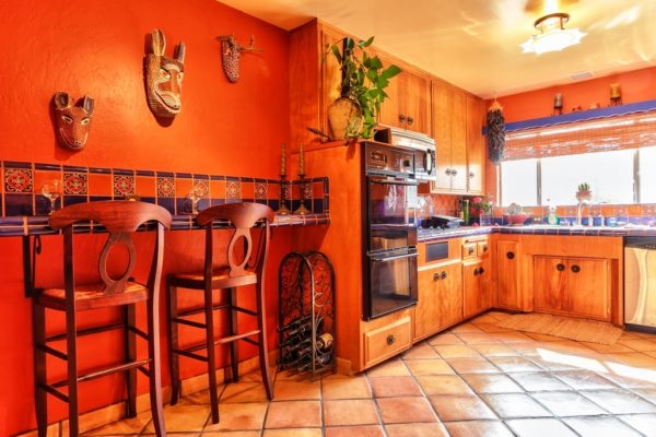 Солнечный, горячий оттенок, отлично подчеркивает превосходство предметов художественной ковки, бра, стулья, светильники вазочки